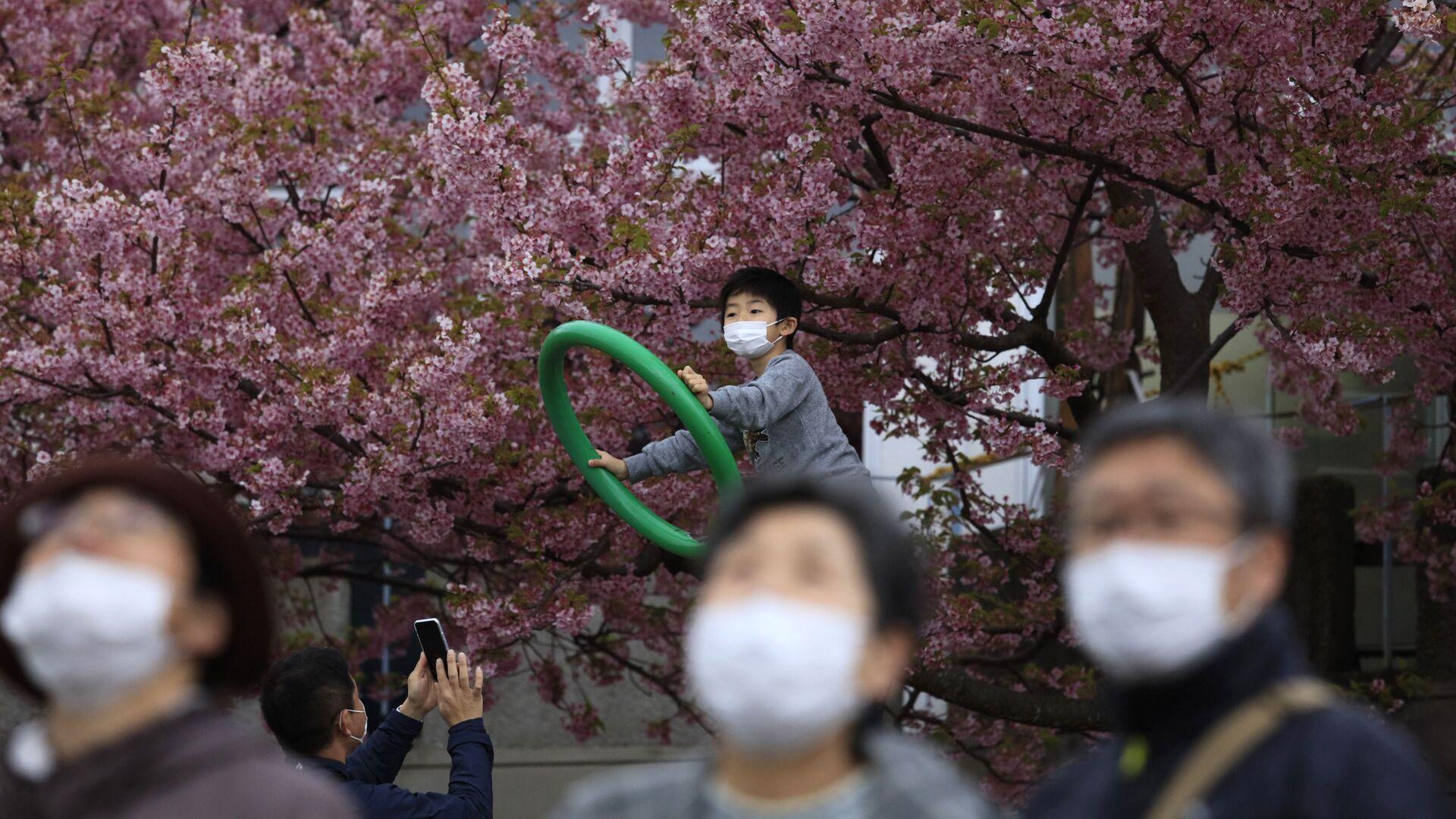 Gente in mascherine in Giappone - Sputnik Italia, 1920, 06.04.2021