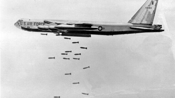 Un B-52 sgancia delle bombe in Vietnam del Nord - Sputnik Italia