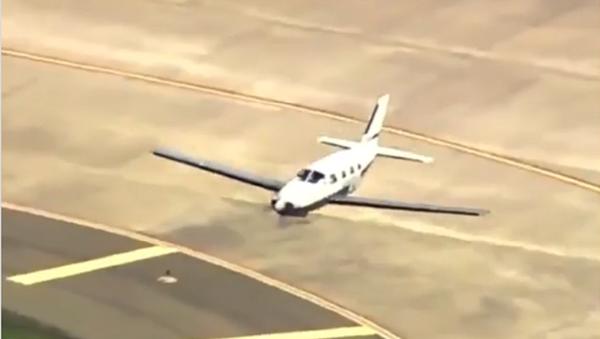 Alto pilotaggio! Un aereo atterra sulla fusoliera senza subire gravi danni - Video - Sputnik Italia