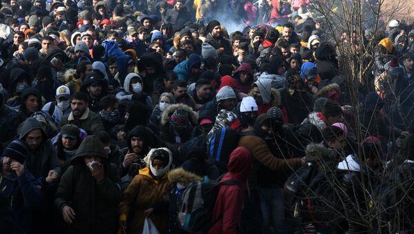 Una folla di rifugiati al confine tra Turchia e Grecia. - Sputnik Italia