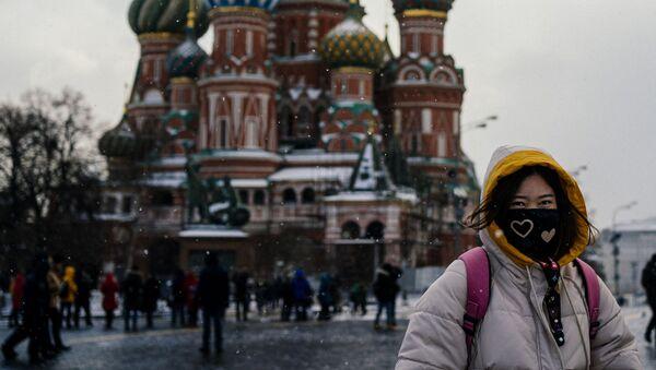 Una turista in mascherina in piazza Rossa a Mosca. - Sputnik Italia