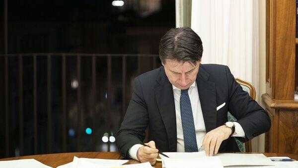 Il Presidente del Consiglio, Giuseppe Conte, firma il nuovo Dpcm recante ulteriori misure per il contenimento e il contrasto del diffondersi del virus Covid-19  sull'intero territorio nazionale - Sputnik Italia
