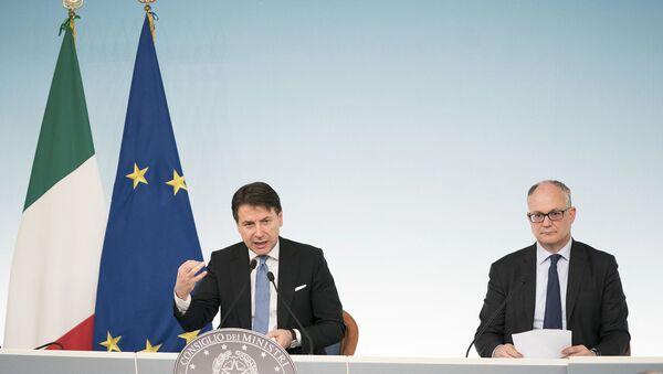 Il Presidente del Consiglio, Giuseppe Conte, e il Ministro dell'Economia e delle Finanze, Roberto Gualtieri, in conferenza stampa al termine del Consiglio dei Ministri - Sputnik Italia