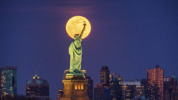 Статуя Свободы на фоне полной луны в Нью-Йорке  - Sputnik Italia