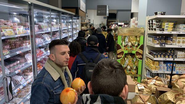 La coda al supermercato a Milano - Sputnik Italia