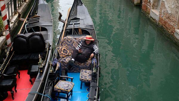 Un gondoliere senza clienti a Venezia - Sputnik Italia