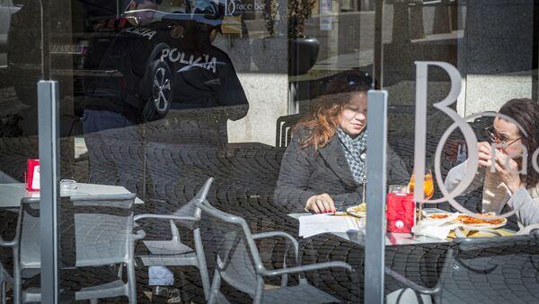 Clienti in un bar a Novara, Italia - Sputnik Italia
