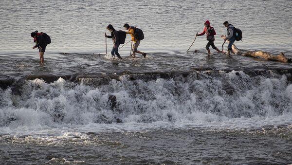 Rifugiati attraversano il fiume Evros al confine tra Turchia e Grecia - Sputnik Italia