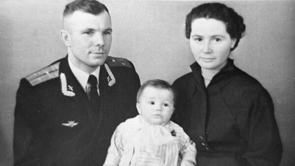Il cosmonauta, aviatore e politico sovietico Yuri Gagarin con sua moglie Valentina Gagarina e sua figlia Elena - Sputnik Italia
