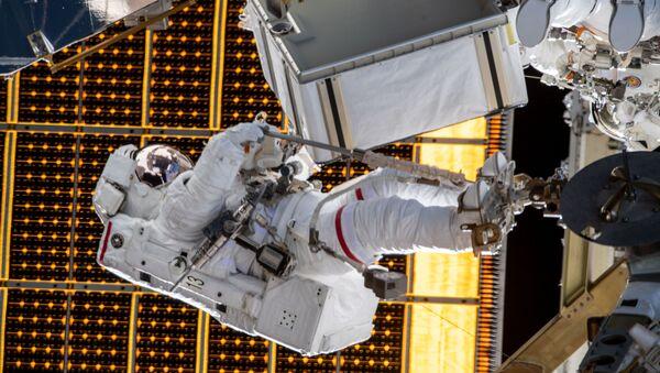 Астронавт НАСА Меир Джессика во время выхода в открытый космос  - Sputnik Italia