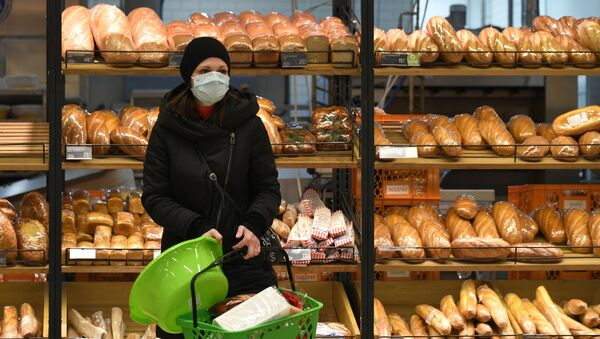 Una donna fa la spesa a Mosca - Sputnik Italia