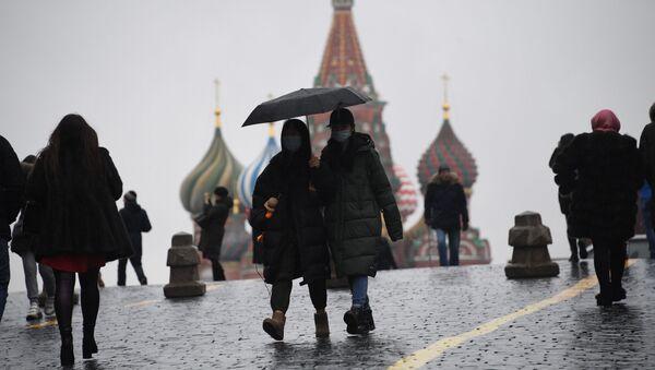 Turisti in mascherine sulla Piazza Rossa a Mosca - Sputnik Italia