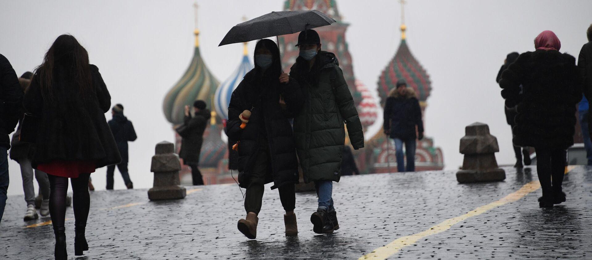 Turisti in mascherine sulla Piazza Rossa a Mosca - Sputnik Italia, 1920, 12.04.2021