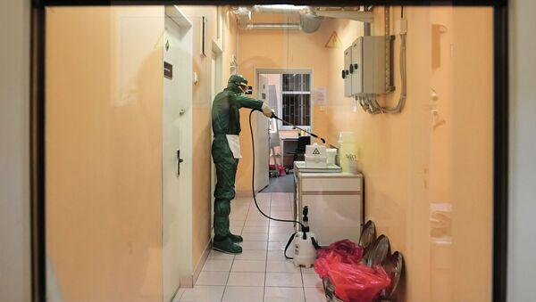 Un dipendente di un laboratorio a San Pietroburgo testa i tamponi per il coronavirus - Sputnik Italia