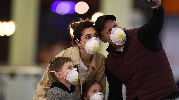 Passeggeri in mascherine nell'aeroporto Sheremetyevo - Sputnik Italia
