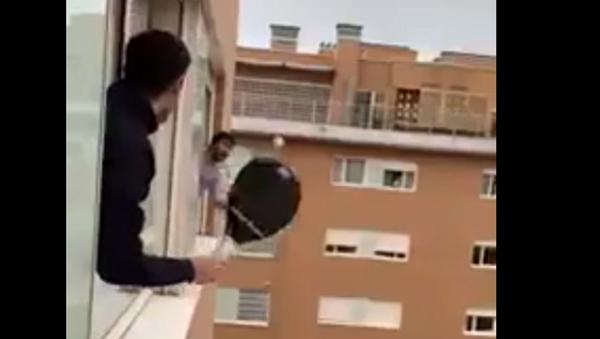 Spagnoli giocano a tennis da finestra a finestra - Sputnik Italia