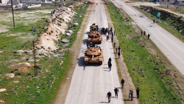 Carri armati turchi sull'autostrada M4 in Siria - Sputnik Italia