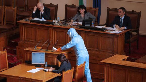 Il deputato bulgaro Veselin Mareshki si presenta in tuta protettiva nell'Assamblea Nazionale a Sofia - Sputnik Italia