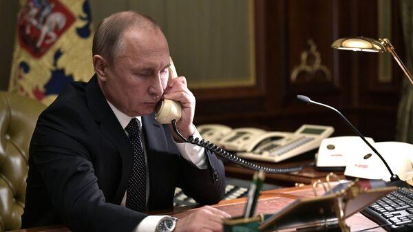 Il presidente russo Vladimir Putin al telefono - Sputnik Italia
