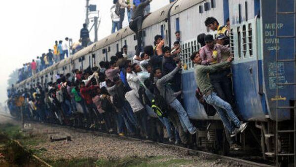 Un treno passeggeri nei pressi di New Delhi - Sputnik Italia