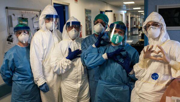 Un gruppo di infermiere prima del loro turno di notte il 13 marzo 2020 all'ospedale di Cremona, Italia - Sputnik Italia