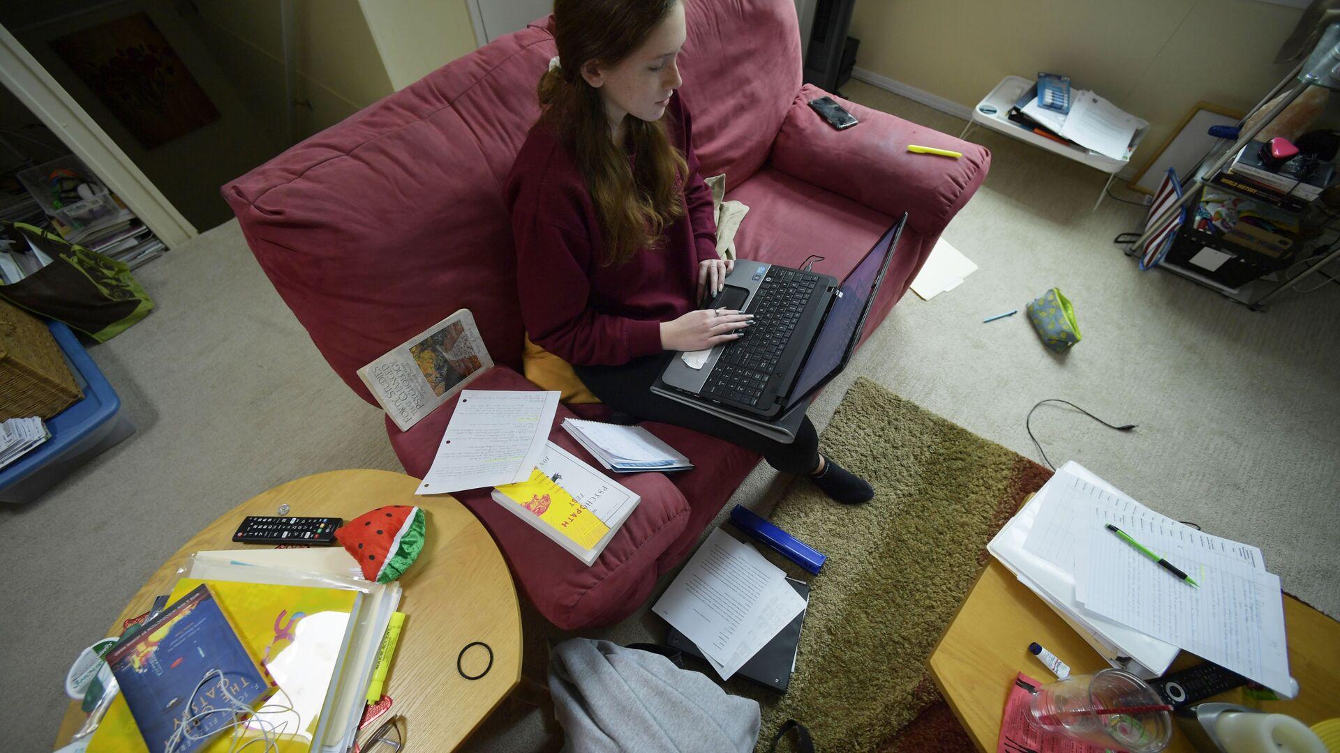La 16enne Kirsten Martin studia da casa per la diffusione dell'infezione di coronavirus - Sputnik Italia, 1920, 22.09.2021