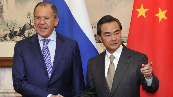 Il ministro degli esteri russo Sergey Lavrov con il suo omologo cinese Wang Yi - Sputnik Italia