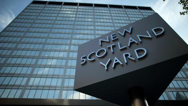 A sign rotates outside New Scotland Yard - Sputnik Italia
