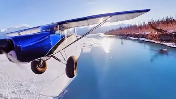 Questo è ciò che accade quando agganci una telecamera all'ala del tuo aereo - Sputnik Italia