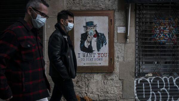Люди на улице в Барселоне на фоне плаката художника TvBoy - Sputnik Italia