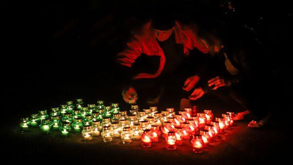 Residenti locali di Beslan accendono le candelle per esprimere il sosotegno agli italiani - Sputnik Italia