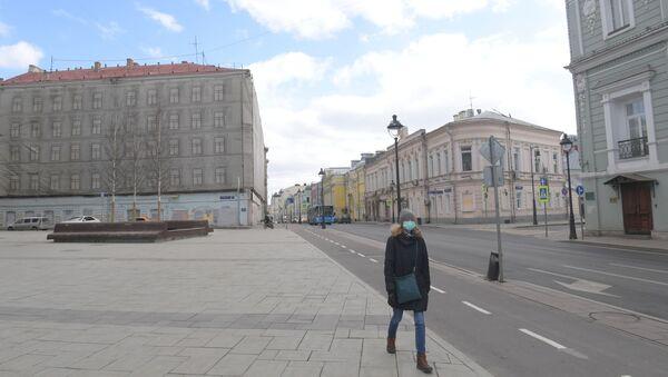 Una donna in una via deserta di Mosca - Sputnik Italia