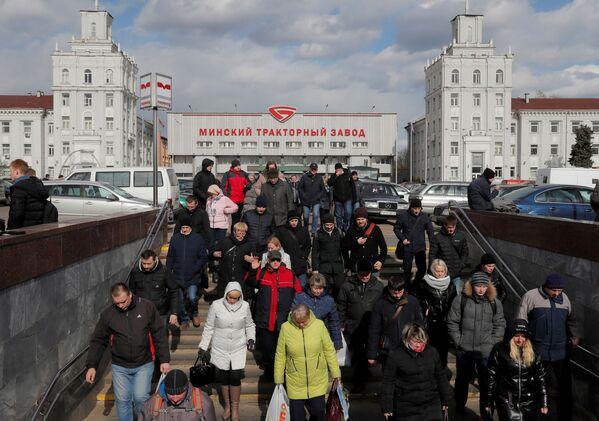 Gli abitanti tornano a casa dopo il loro turno in una fabbrica di trattori a Minsk, Bielorussia, il 31 marzo 2020 - Sputnik Italia