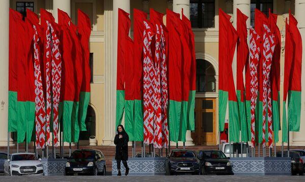 Una donna attraversa la piazza Oktyabrskaya nel centro di Minsk, Bielorussia, il 31 marzo 2020 - Sputnik Italia