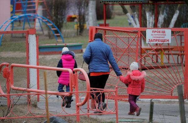 Una donna con i bambini a Minsk, Bielorussia, il 1 aprile 2020 - Sputnik Italia