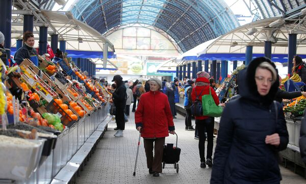 Gli abitanti di Minsk fanno acquisti nel più grande mercato alimentare Komarovski, Bielorussia, il 31 marzo 2020 - Sputnik Italia