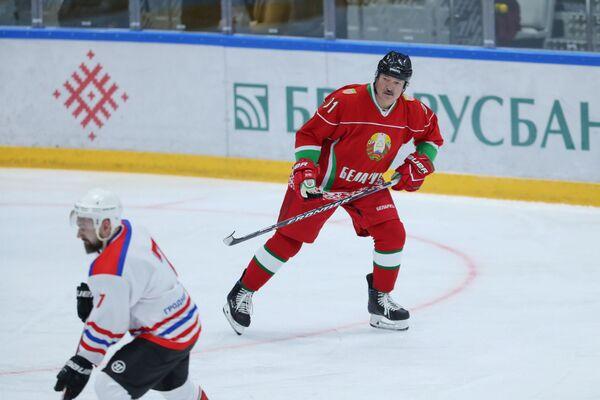 Il presidente bielorusso Alexander Lukashenko prende parte a una partita di hockey, poiché le competizioni in Bielorussia continuano nonostante il resto dei principali eventi sportivi nel mondo siano stati chiusi a causa dello scoppio dell'epidemia del coronavirus, Minsk, in Bielorussia, il 28 marzo 2020 - Sputnik Italia