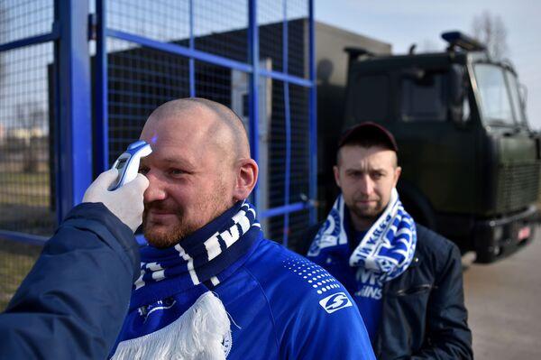 I tifosi durante il controllo della temperatura all'arrivo alla partita di calcio tra FC Minsk e FC Dinamo-Minsk, Minsk, il 28 marzo 2020 - Sputnik Italia