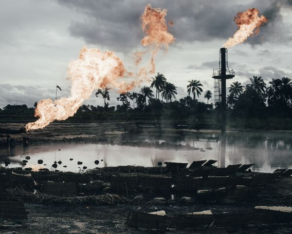 Nello scatto del fotografo tedesco Robin Hinsch il sito di combustione di gas naturale a Ughelli, Delta del Niger, Nigeria - Sputnik Italia