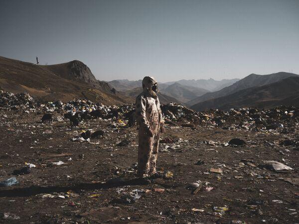 In questo scatto del fotografo italiano Stefano Sbrulli un riciclatore illegale divide la plastica dal resto della spazzatura - Sputnik Italia