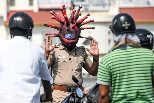 Un poliziotto mascherato nella città indiana di Chennai - Sputnik Italia
