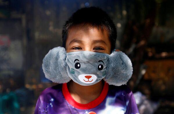 Panji indossa una mascherina a forma di animale per la diffusione del coronavirus a Jakarta, Indonesia, il 2 aprile 2020 - Sputnik Italia