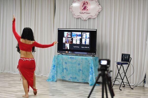 Un'insegnante di danza durante una lezione online ad Hanoi, in Vietnam - Sputnik Italia