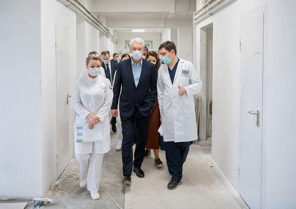 Il sindaco di Mosca Sergey Sobyanin durante una visita all'ospedale per i pazienti infettati dal covid-19 nel nord di Mosca - Sputnik Italia