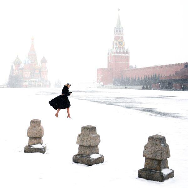 Una ragazza sulla Piazza Rossa di Mosca - Sputnik Italia