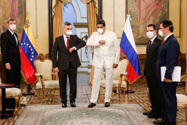 Il presidente venezuelano Nicolas Maduro e l'ambasciatore russo in Venezuela Sergey Melik-Bagdasarov al palazzo Miraflores a Caracas, Venezuela, il 30 marzo 2020 - Sputnik Italia