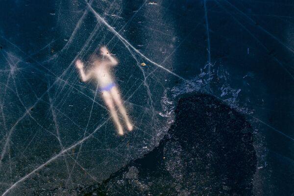 Il freediver finlandese Kristian Maki-Jussila, 37 anni,  sotto il ghiaccio di un lago il 28 marzo 2020 vicino a Vaasa, in Finlandia - Sputnik Italia