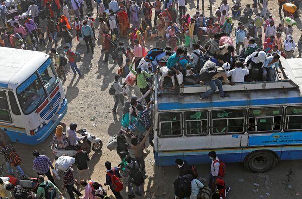 I migranti in autobus affollati in India - Sputnik Italia