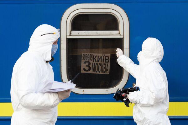 I medici davanti ad un treno speciale Kiev - Mosca  - Sputnik Italia