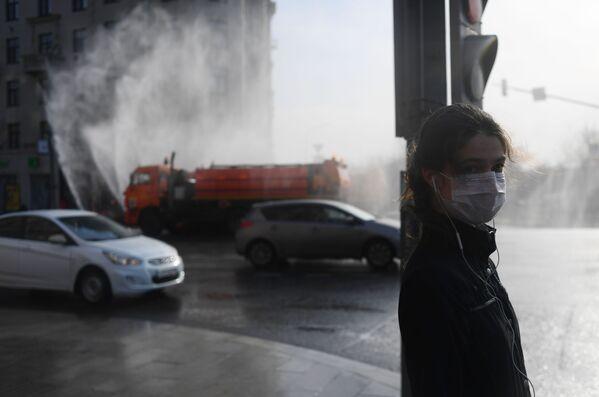 Una ragazza con una mascherina in centro a Mosca - Sputnik Italia